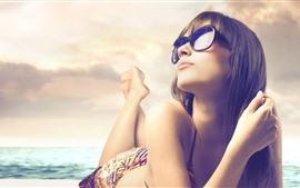 Menina, pose, óculos de sol, mar