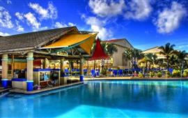 Piscina, resort, edifícios, palmeiras, céu azul