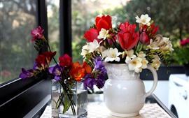Ваза, разноцветные цветы, окно