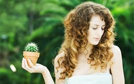 Кудрявая девушка, кактус, рука