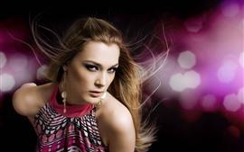 ファッションの女の子、髪のスタイル、イヤリング、明るいピンクの背景