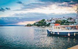 Пирс, лодки, море, берег, дома, облака