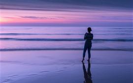 Vista traseira do mar, anoitecer, menina