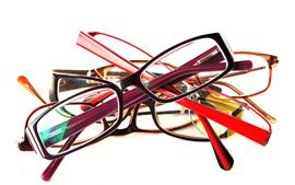 Alguns óculos, fundo branco