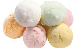 Algumas bolas de sorvete, fundo colorido, branco