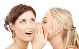 Две девушки, секреты, шепот