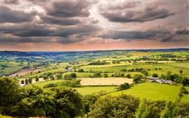 Hermoso paisaje, campos, árboles, pueblo, nubes