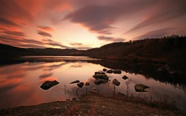Lac, pierres, crépuscule, coucher de soleil, réflexion de l'eau