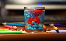 Стеклянная чашка, разноцветные чернила, карандаши