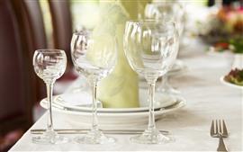 Três copos de vidro, garfo
