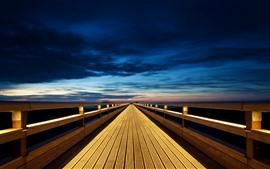 Ponte de madeira, sem fim, luzes, noite, nuvens