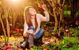 Азиатская девушка, солнце, красный цветок