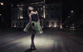 Модница, зеленая юбка, ночь, город