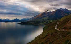 Aperçu fond d'écran Lac, montagnes, route, neige, nuages \u200b\u200bépais