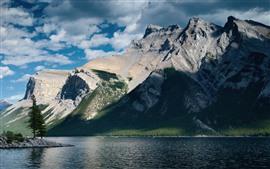 Aperçu fond d'écran Montagnes, lac, arbres, rochers, soleil, ombre, nuages