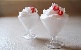 Две чашки мороженого, клубника