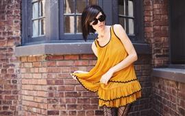 预览壁纸 黄色裙子的女孩,太阳镜
