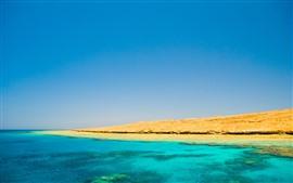 Mar azul y cielo, costa