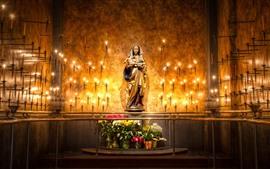 Estátua de Maria, velas, chama
