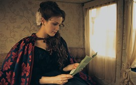 Chica de estilo retro, leer carta