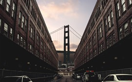 Ciudad, edificios, calle, coches, puente, anochecer