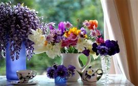 Flores coloridas, vaso, janela