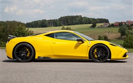 Vista lateral do supercarro amarelo Ferrari 458, campo