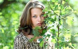 Menina, rosto, folhas verdes, sol