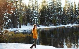 미리보기 배경 화면 소녀 모습, 스웨터, 눈, 나무, 호수, 겨울