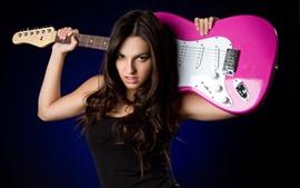 Garota de cabelo comprido, guitarra, fundo preto