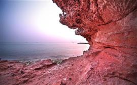 Rocas rojas, mar, barcos