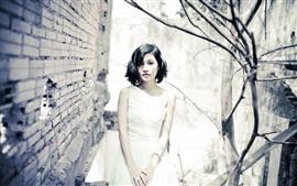 Chica asiática de pelo corto, falda blanca