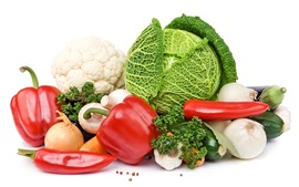 Algunas verduras, repollo, setas, pimientos, fondo blanco.