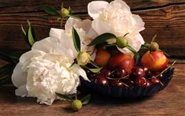 Peonías blancas, cerezas, flores, melocotón