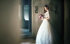 Menina de cabelo comprido, noiva, saia branca, flores