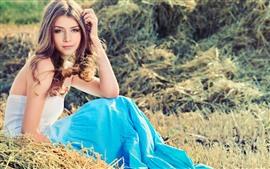 Sonrisa niña, falda, sentarse en el suelo, hierba, verano
