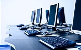 Algunas computadoras, monitor, teclado