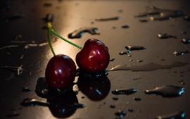 Dos cerezas rojas, gotas de agua