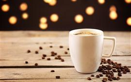 Taza blanca, café, granos de café, nebuloso