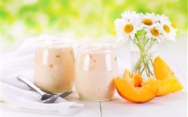 Iogurte, flores de camomila branca, pêssego