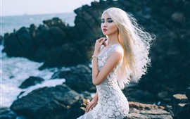 Rapariga loira, saia branca, mar, costa