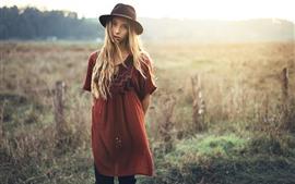 Aperçu fond d'écran Fille blonde, regarder, chapeau, herbe, été