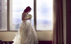 Novia, falda blanca, ventana