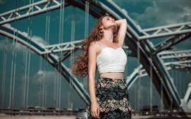 Chica de pelo marrón, pose, puente