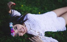 幸せな女の子、白いスカート、花輪、草