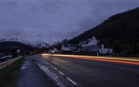 Aperçu fond d'écran Village, maisons, nuit, nuages, pluvieux, route, lignes de lumière