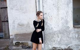 Falda negra chica, trenzas, mirada