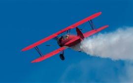Boeing biplano rojo, humo, cielo