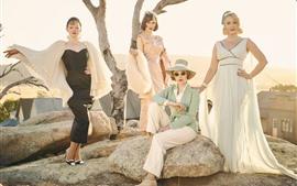 Cuatro chicas de moda, falda, rocas, sol