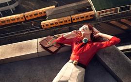 Девушка спит на крыше